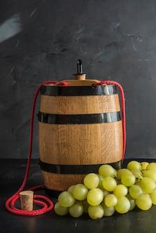Bodegón con vino blanco, botella y barril.
