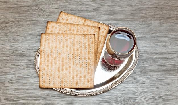 Bodegón con vino y matzá pan de pascua judía.