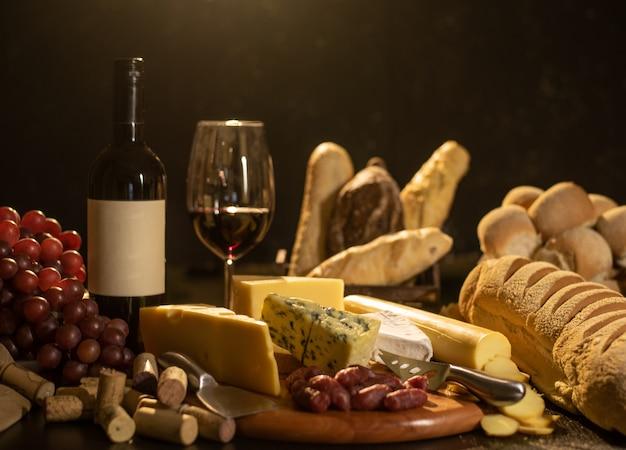Bodegón vino, pan, uvas y queso.