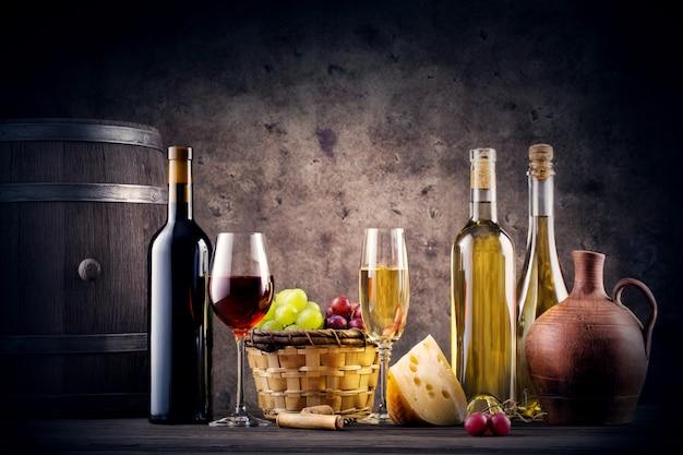Bodegón con vino tinto y blanco.