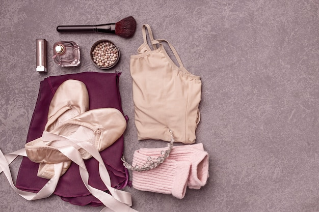 Bodegón vintage con rosas y zapatillas de ballet