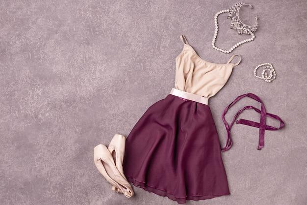 Bodegón vintage con vestido y zapatillas de ballet