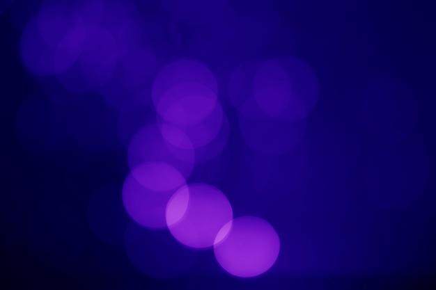 Bokeh azul abstracto sobre un fondo oscuro