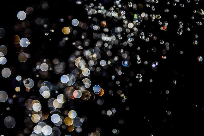 Bokeh de agua gotas levitando en el aire reflexión con luz