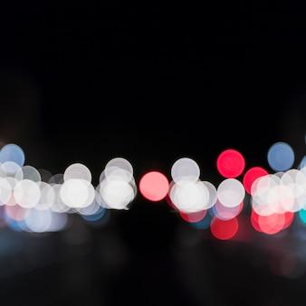 Bokeh desenfocado de luces de colores en la noche