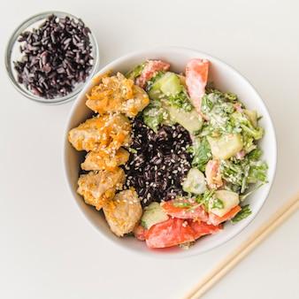 Bol de arroz con marisco y verduras