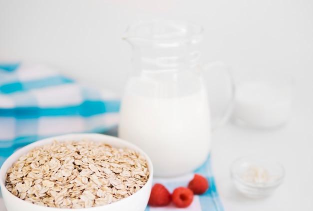 Bol de avena con frambuesas y leche
