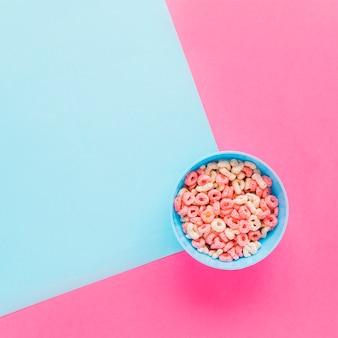 Bol azul con cereal en mesa
