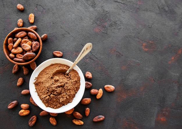 Bol con cacao en polvo y frijoles