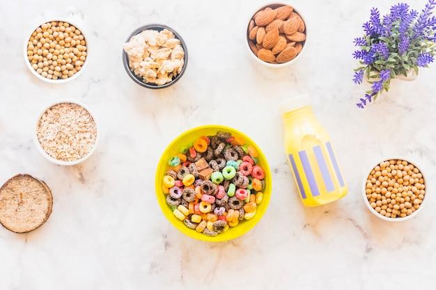 Bol con cereal en mesa de luz