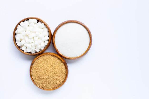 Bol de madera con azúcar en blanco