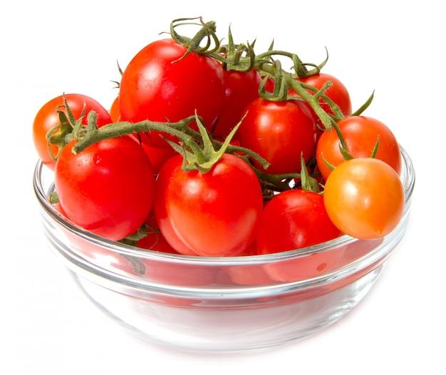 Bol de vidrio con tomates frescos