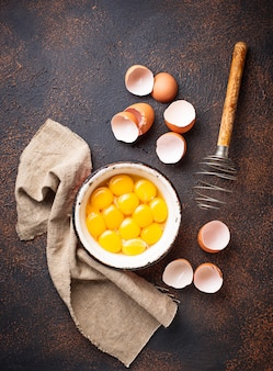 Bol con yemas de huevos y batidor