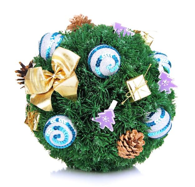 Bola de abeto de navidad con decoración aislado en blanco
