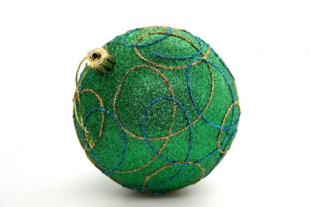 Bola de árbol de navidad verde sobre fondo blanco.