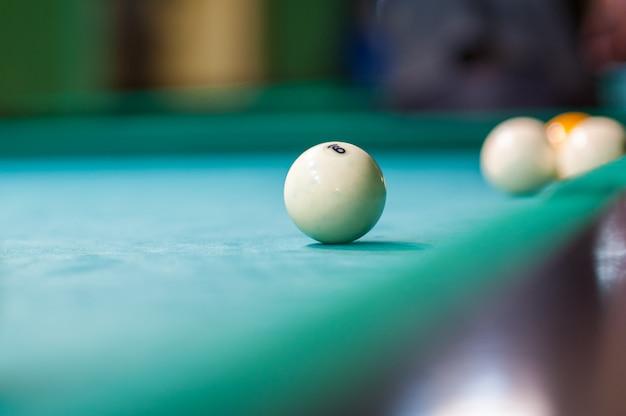 Bola de billar blanca sobre la mesa, club de billar