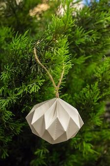 Bola blanca de navidad en el árbol de navidad
