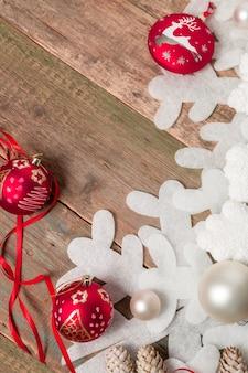 Bola y cintas navideñas rojas y blancas