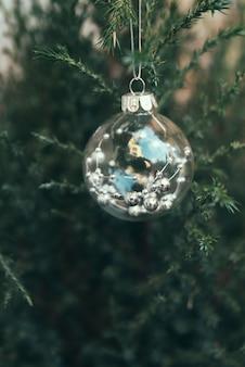 Bola de cristal en árbol de navidad