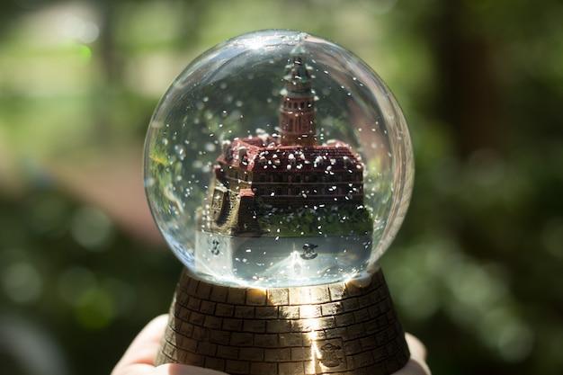 Bola de cristal con un castillo, recuerdo, luz dura.