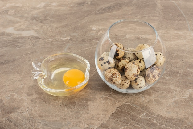 Bola de cristal de huevos de codorniz y plato de huevo crudo.