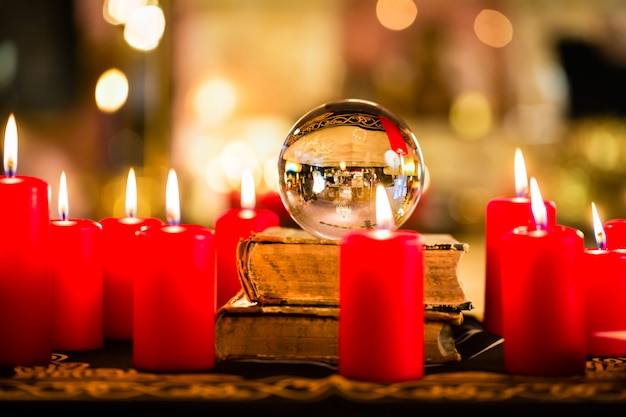 Bola de cristal a la luz de la vela para profetizar.