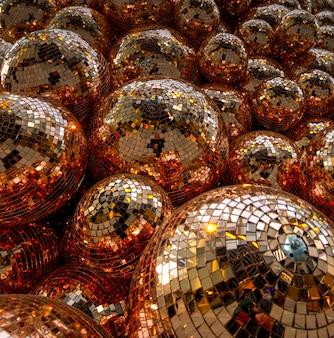 Bola de cristal transparente sobre textil marrón y blanco