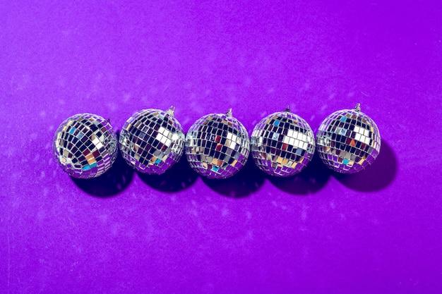 Bola de discoteca brilla en primer plano púrpura