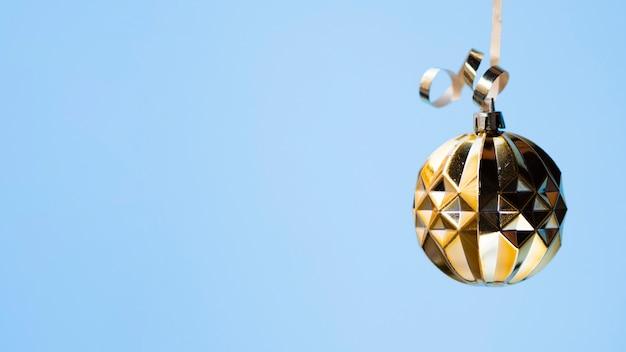 Bola de discoteca dorada festiva con espacio de copia