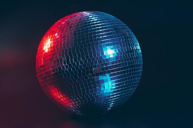 Bola de discoteca grande de cerca en la oscuridad