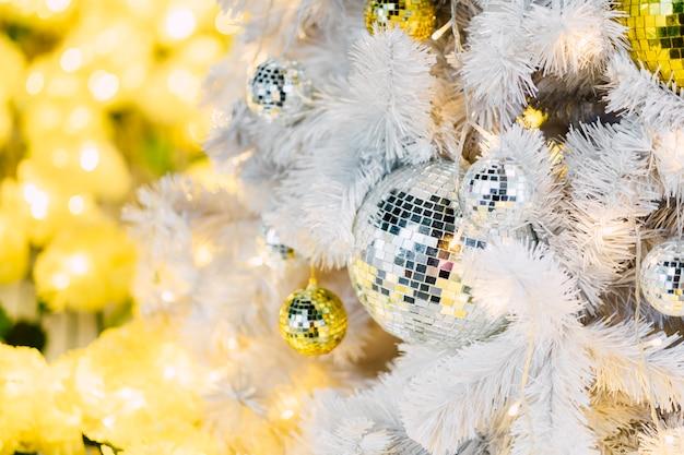 Bola de espejo en el árbol de navidad