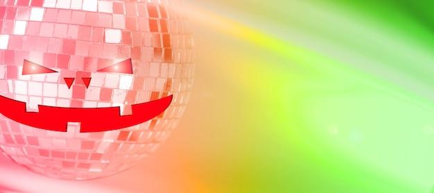 Bola de espejos con cara de aluina sobre fondo de color con reflejos. foto de alta calidad