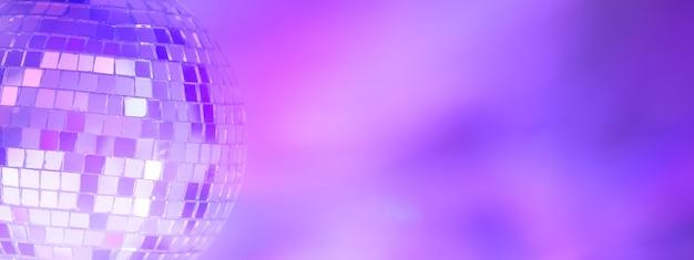 Bola de espejos con fondo de colores. club nocturno. foto de alta calidad
