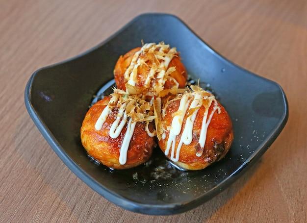 Bola de masa hervida de las bolas de fried takoyaki - comida japonesa