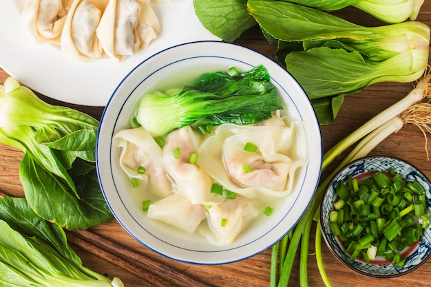 Bola de masa hervida de wonton chino en sopa clara