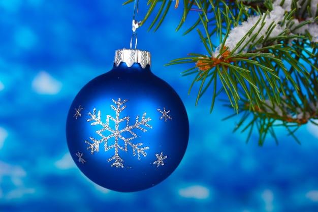 Bola de navidad en el árbol en azul