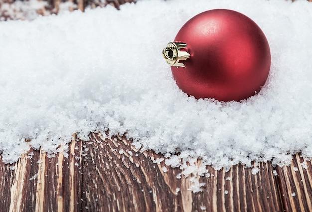 Bola de navidad en una mesa de madera