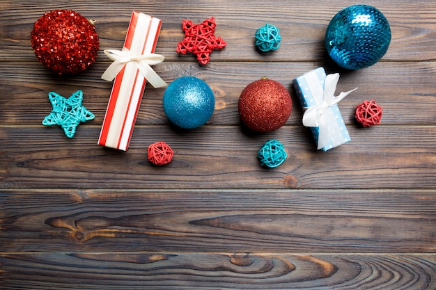 Bola de navidad, regalo y decoraciones creativas sobre fondo de madera