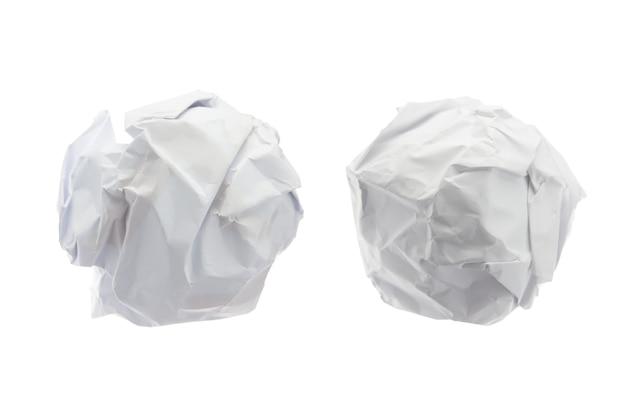 Bola de papel arrugado en aislado en el fondo blanco.