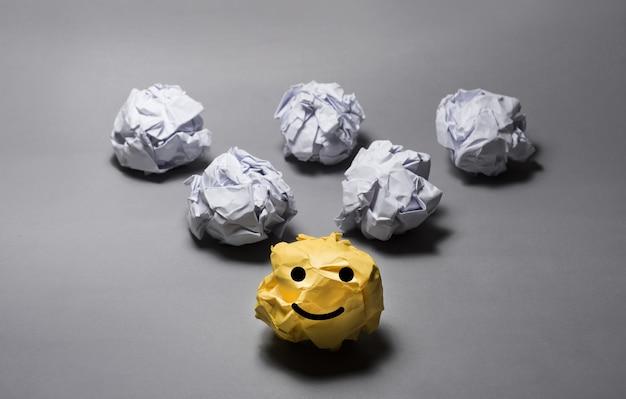 Bola de papel arrugado amarillo creatividad empresarial, ideas del concepto de liderazgo
