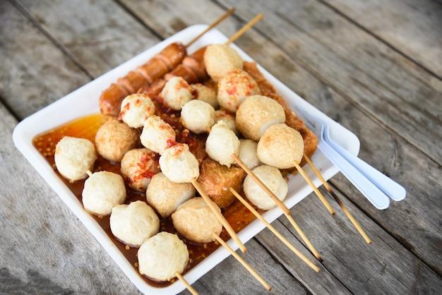 Bola de pescado y salchichas hotdog a la parrilla