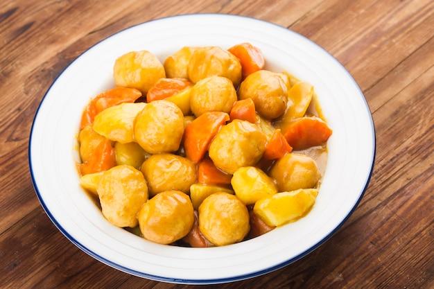 Bola de pescado con zanahoria y patatas al curry