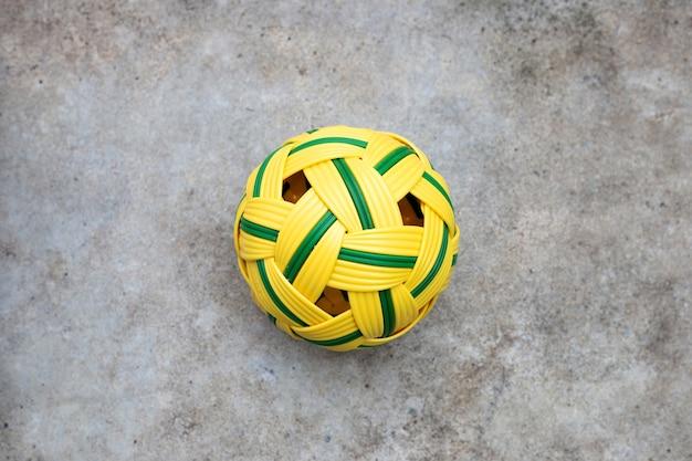 Bola de ratán sobre superficie blanca