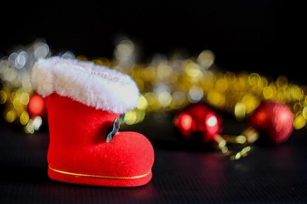 Bola roja decoración navideña en mesa rústica