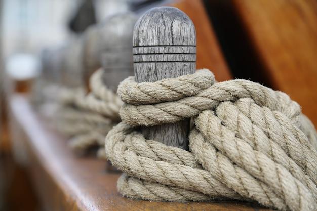 Bolardo de madera con una cuerda atada