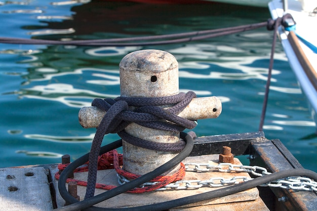 Bolardo en el muelle en el mediterráneo