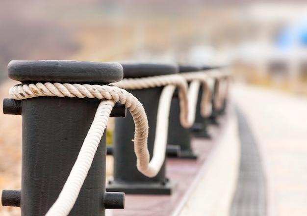 Bolardos con cuerdas en un muelle para vallas decorativas.