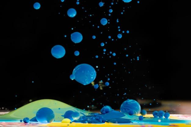 Bolas acrílicas azules en agua