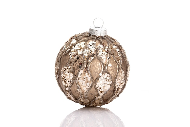 Bolas de adornos de navidad aislado sobre un fondo blanco.
