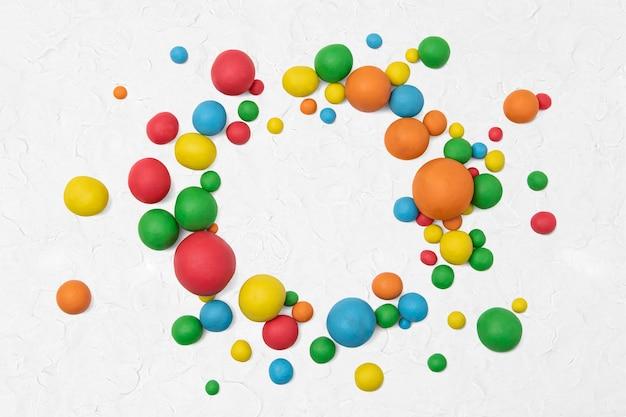 Bolas de arcilla de colores enmarcan arte creativo para niños.